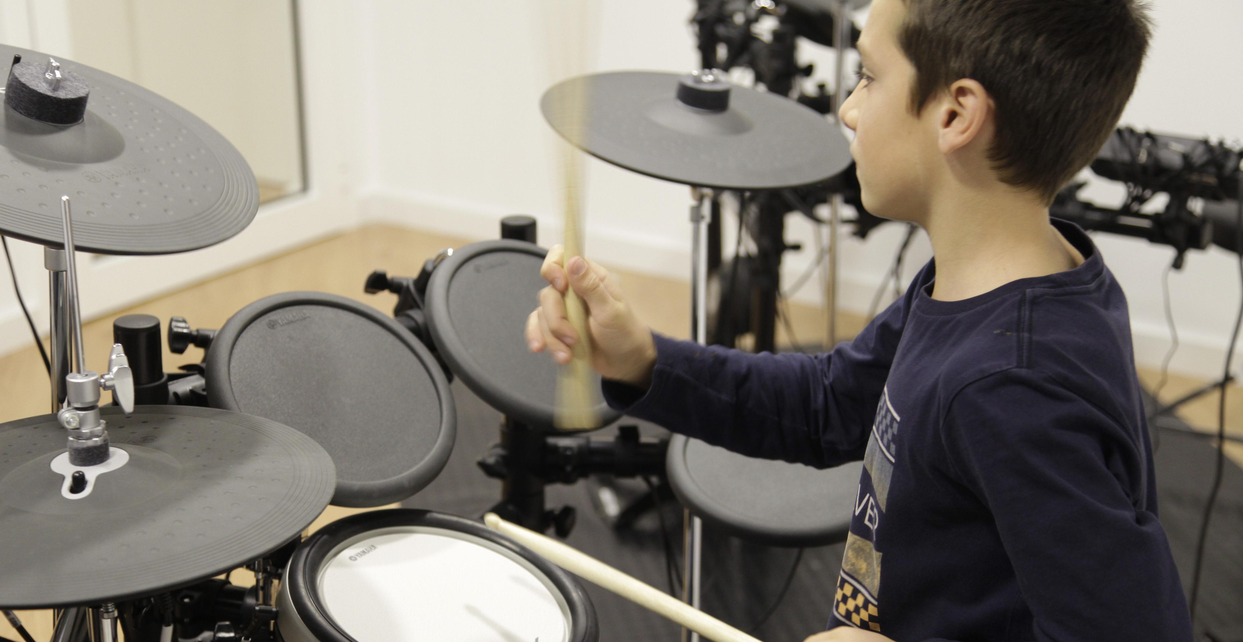 Aprende a tocar la bater a con el m todo yamaha yamaha for Yamaha music school los angeles